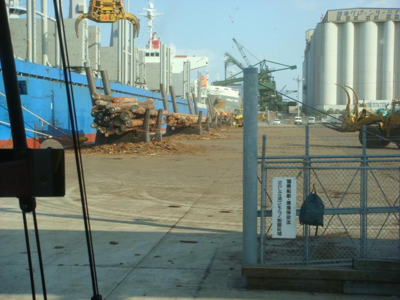 外航船からの原木積み卸し風景