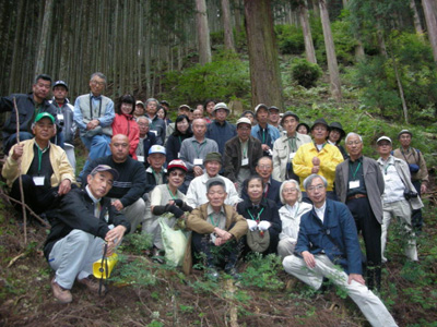 250年生のスギ・ヒノキ林での記念写真