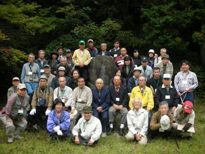 造林奉仕記念碑の前での集合写真
