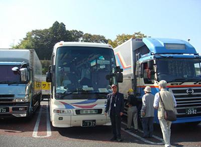 集合場所でのバスへの乗り込み